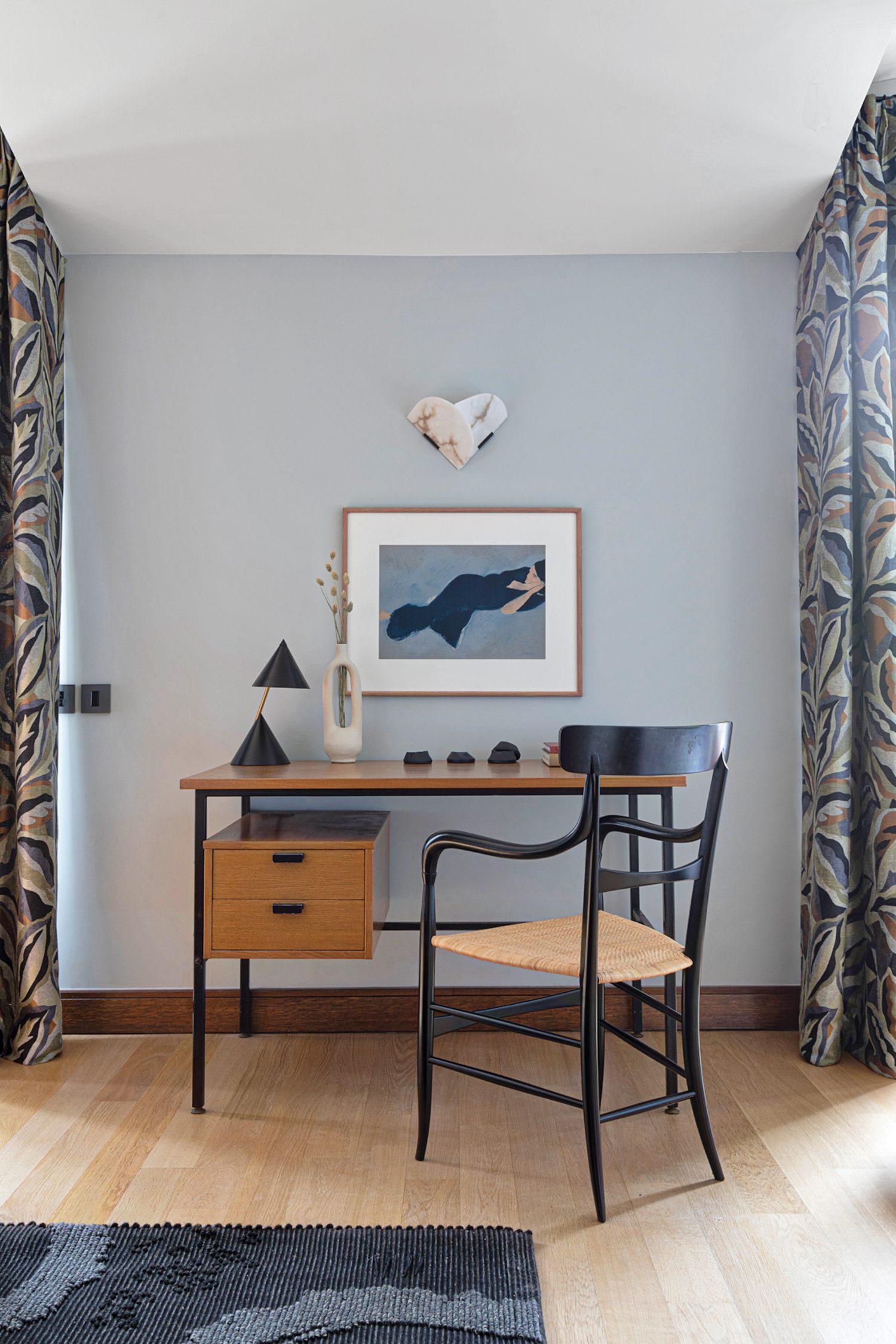 An oiled solid-oak bookshelf by Atelier Areti stands in the mezzanine.