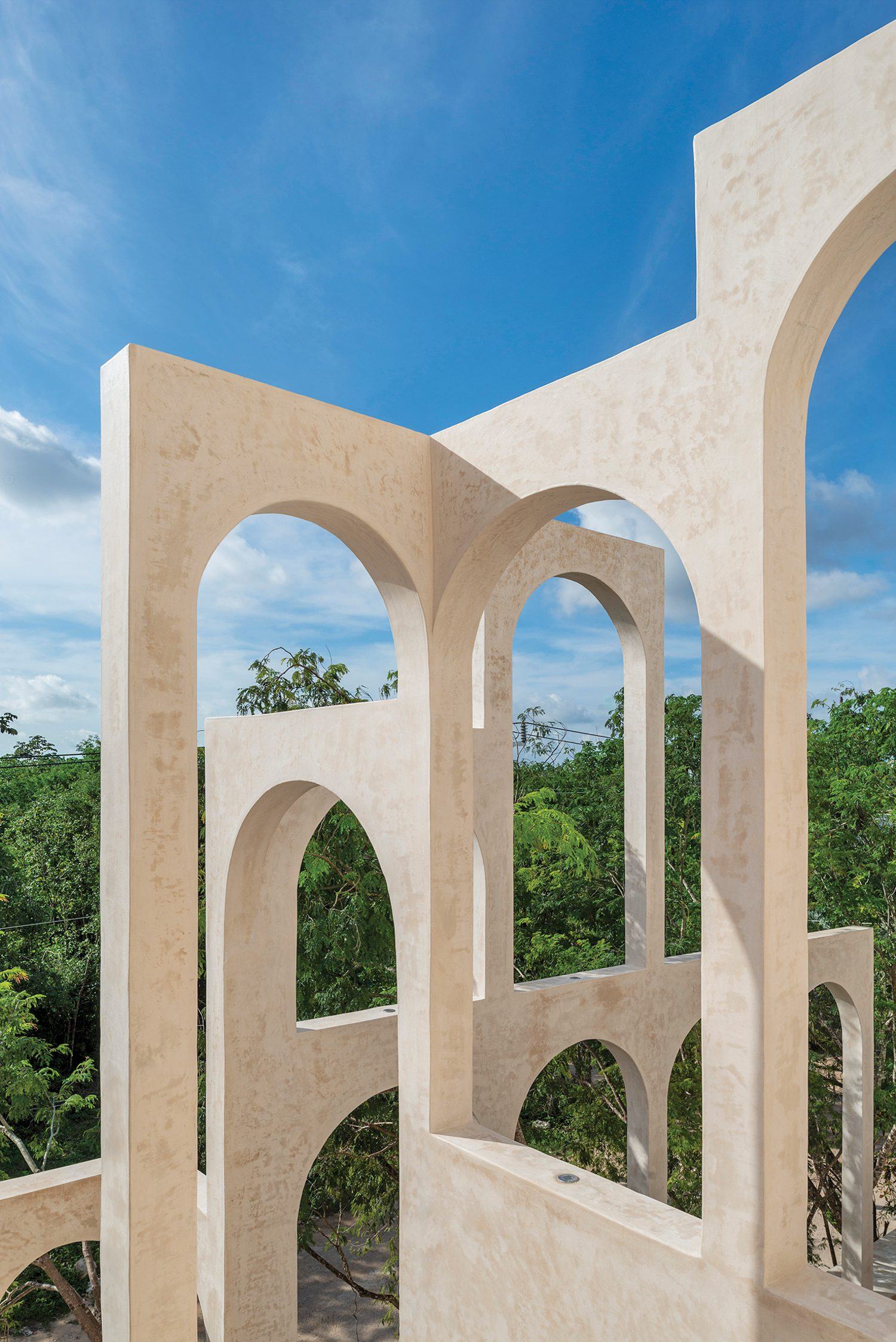 Some arches were added during construction to create the most pleasing composition, the final result resembling a modernized Roman aqueduct.