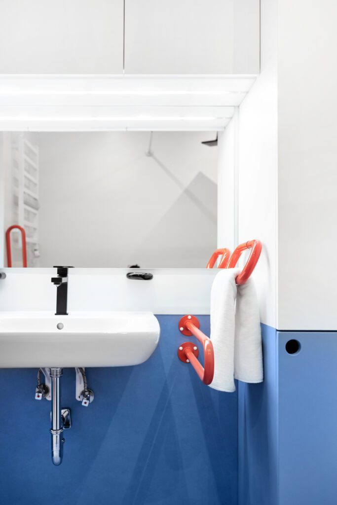 Pops of color accent the bathroom, which is at the center of the mobile hotel. Photography by Izabela Retka and Znamy się.