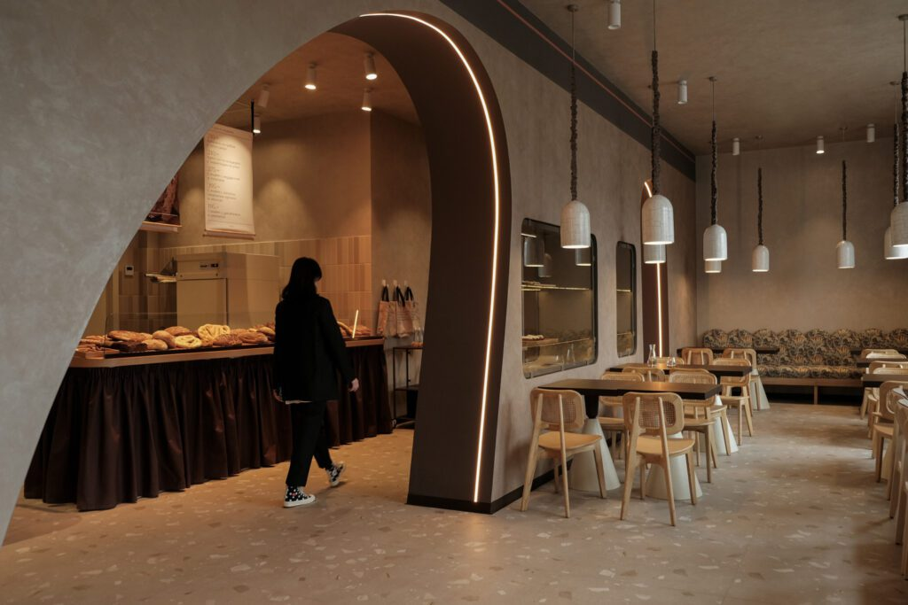 The slope of the arch dividing the dining and bakery areas was inspired by the form of a loaf of bread.